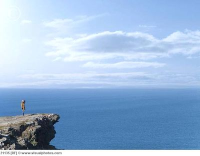 Woman_standing_on_edge_of_cliff_21135